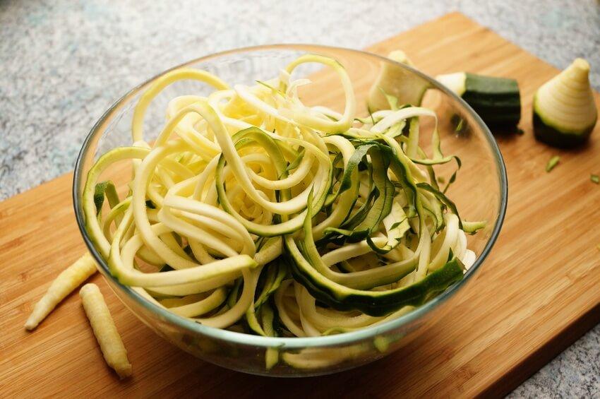 Wie Sie Zucchini Nudeln selber machen können